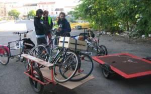 Et si on déménageait à vélo ? Avec deux triporteurs et deux remorques.
